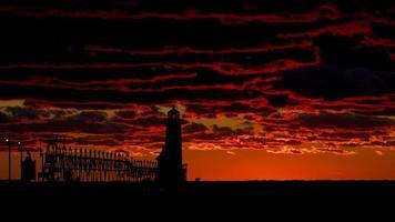 ljust hus tillbaka upplyst vid solnedgången foto