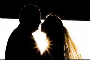 drömmande brud och brudgum silhuett foto