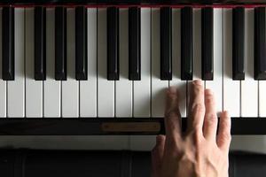musikerhand på piano foto