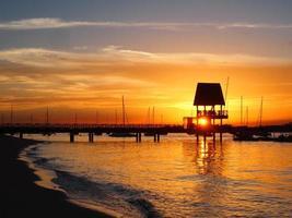 solnedgång vid changi strandpromenad foto