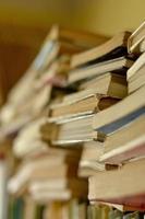 hög med böcker på hyllan foto