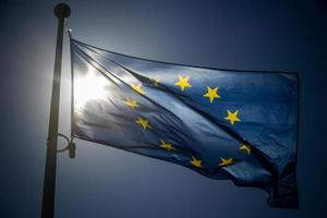 Europeiska unionens flagga på bakgrund med blå himmel foto
