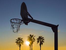basket på stranden foto