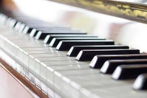 tangentbord av piano. närbild av med selektiv fokus foto
