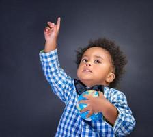 glad förskolebarn som upptäcker världen foto