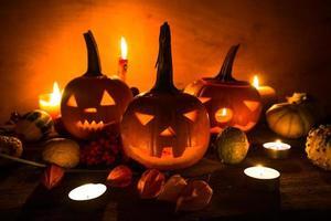 halloween pumpa lyktor mörkt ljus arg ansikte faller foto