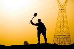 soldat vinkar spade foto