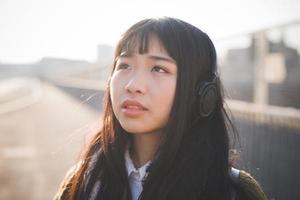 ung vacker asiatisk hipster kvinna