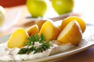 kokt potatis med ostmassa foto