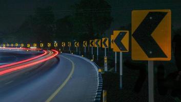 skarpt kurvskylt på motorvägen foto