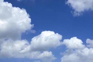 vitt moln på blå himmel i en vacker och lugn dag foto