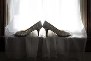 vackra skor i fönsterbrädan foto