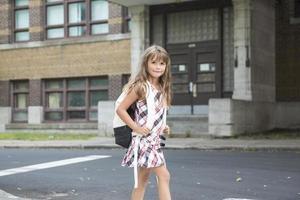 åtta år gammal skolflicka foto