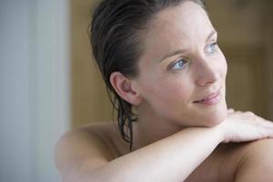 nakna bröstet kvinna med vått hår, närbild foto