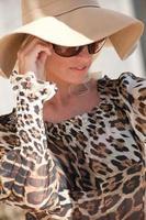 kvinna i hatt och solglasögon foto