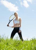 porträtt av ung kvinnlig tennisspelare foto