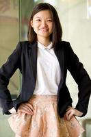 ung kvinnlig asiatisk företagsledare leende porträtt foto