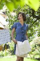 kvinna vikningsark på klädstreck foto