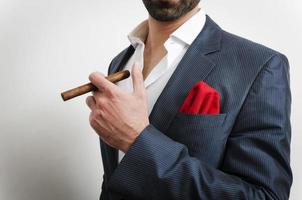 närbild av en affärsman med näsduk och en cigarr foto
