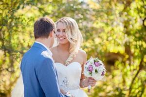 glad brud bröllop foto