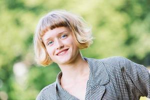glad ung kvinna utomhus foto