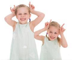 porträtt av två glada barn foto