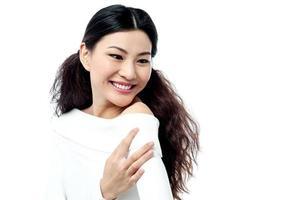 glad leende ung kvinna foto