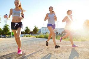 grupp kvinnor springer i parken. foto