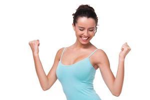 sportig ung kvinna som ler gladlynt foto