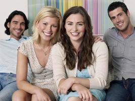 porträtt av glada människor på soffan foto
