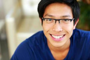 porträtt av en glad asiatisk man foto