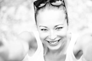 porträtt av en glad ung kvinna. foto