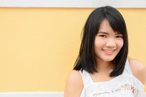 porträtt av ung gladlynt leende kvinna foto