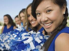 cheerleaders sitter på bänken foto