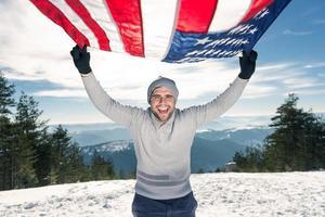 glad ung man med usa flagga foto