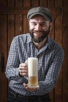 lycklig man som dricker öl från mugg foto