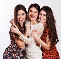 grupp glada vackra skrattande flickor foto