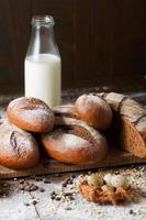 variation av rågbröd på en träbakgrund med mjölk foto