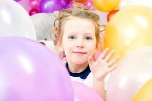 glad tjej poserar med ballonger, närbild foto