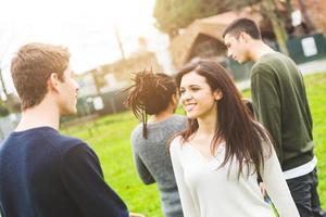 multietnisk grupp vänner på park foto