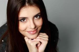 närbild porträtt av en ung glad kvinna foto