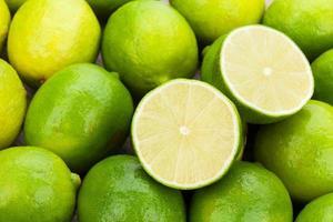 färska mogna limefrukter foto