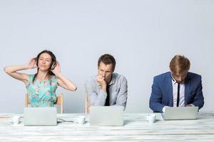 affärslag som tillsammans arbetar på sitt affärsprojekt på kontoret foto