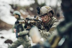unga soldater med vapen foto
