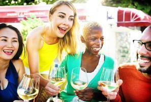 glada festvänner vänskapskafé som hänger koncept foto