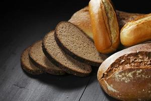 olika skivade bröd på bordet foto