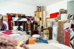 rullade mattor inuti en mattbutik foto