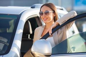 glad ung kvinna är redo för sin resa foto
