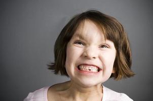roligt ansikte, liten flicka foto