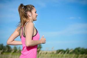 fitness sport hälsosam och glad ung kvinna springer utomhus foto
